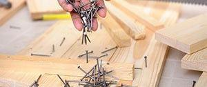 Hout en spijkers voor het timmerwerk